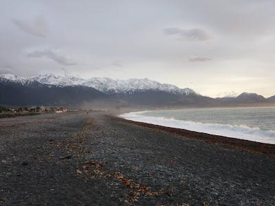 Playa y montañas de Kaikoura, en Nueva Zelanda