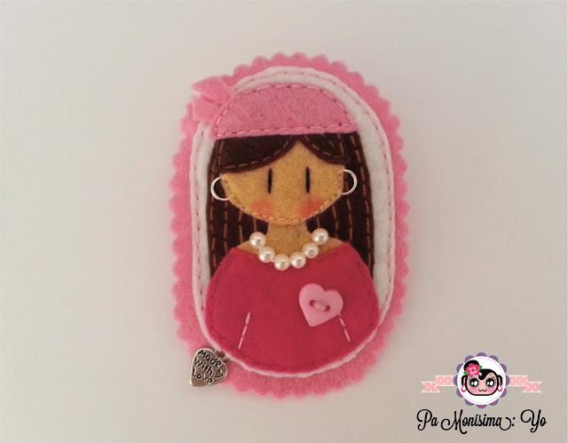 Broche Lucha contra el cáncer de mama artesanas solidarias monerias en fieltro @pamonisimayo