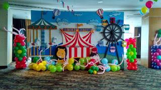 acara ulang tahun anak memang cocok menggunakan dekorasi balon dan styorofom