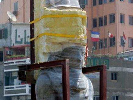 الاستعداد لنقل تمثال رمسيس الثاني الى المتحف بعد الانتهاء من تثبيته على الشاحنات