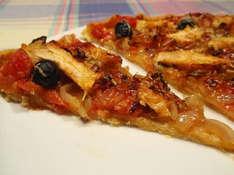Pizza de pollo y tomates confitados