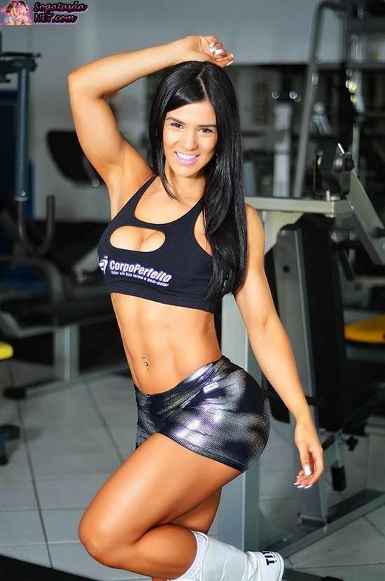 Eva Andressa - Foto na academia de shortinho rajado