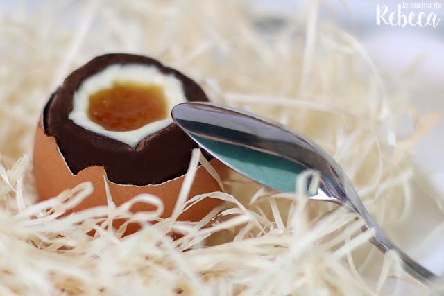 Huevo de chocolate relleno de crema y mermelada