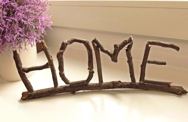 napis dekoracyjny z patyków