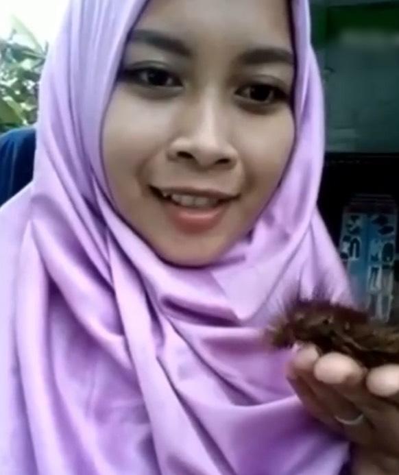 Hobi Gadis Pelik Ini Suka Main Binatang Berbahaya dan Letak Ulat Bulu Kat Muka