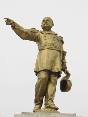 Foto a la estatua de Miguel Grau