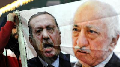 Una imagen del presidente turco Recep Tayyip Erdogan (izda.) y el clérigo opositor Fethulá Gülen.