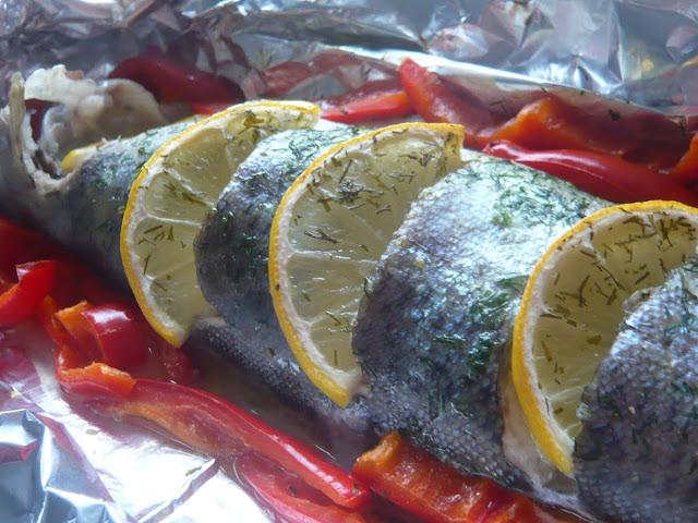Pstrag pieczony w folii z rozmarynem, cytryną i czerwoną papryką. Wartości zdrowotne ryb - Czytaj więcej »