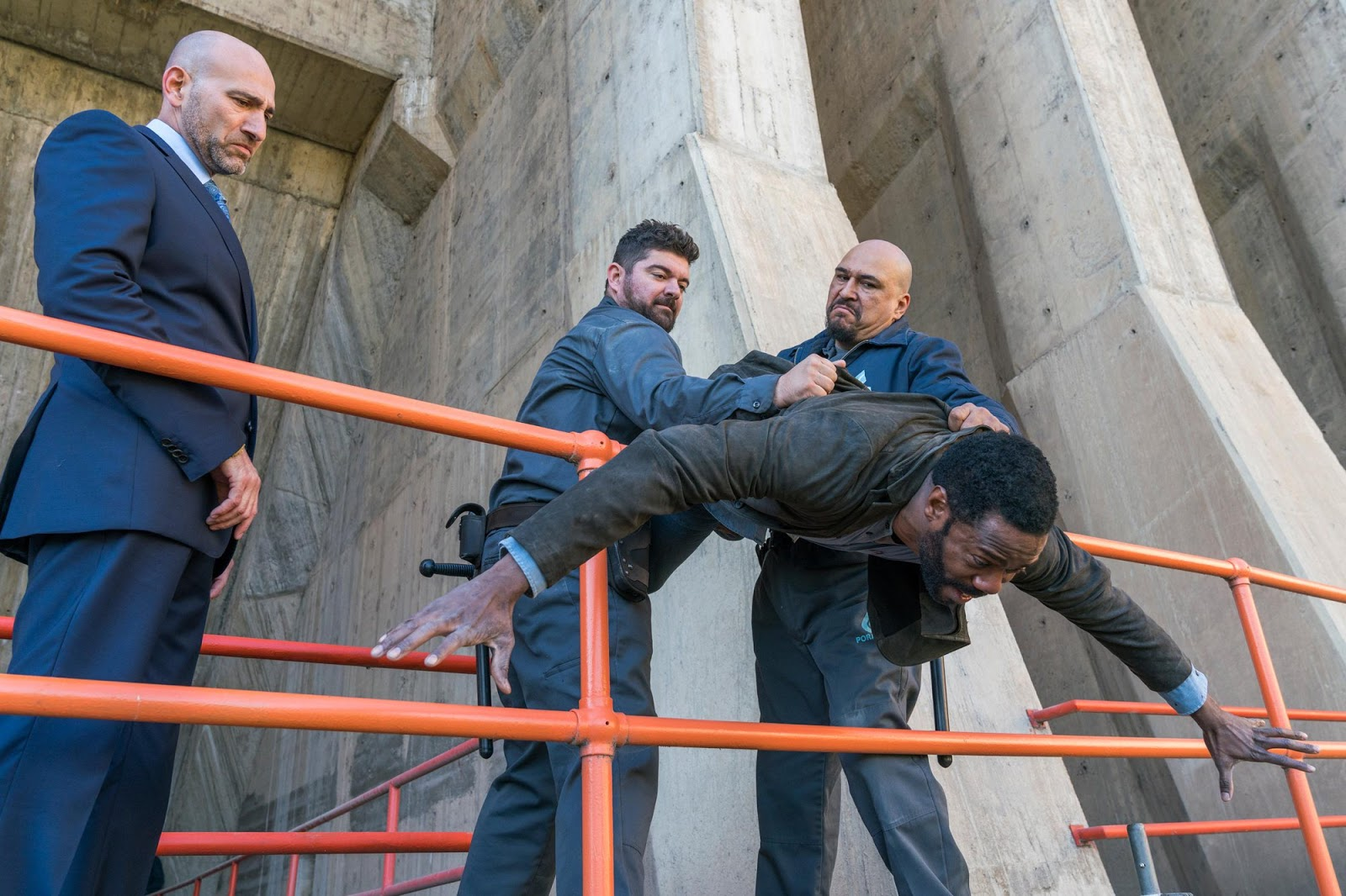 Vcitor y Dante en la presa en el episodio tres de la tercera temporada de Fear The Walking Dead