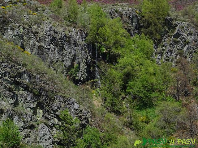Ruta al Mustallar: Cascada de agua bajo el Mustallar