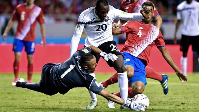 Jamile Boatswain de Trinidad y Tobago pelea con el balón con Keylor Navas y Michael Umaña