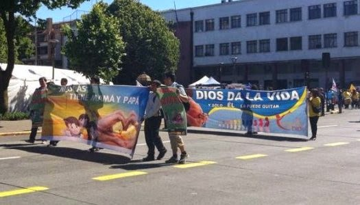 """Marcha en Chile contra libro """"Nicolás tiene dos papás"""""""