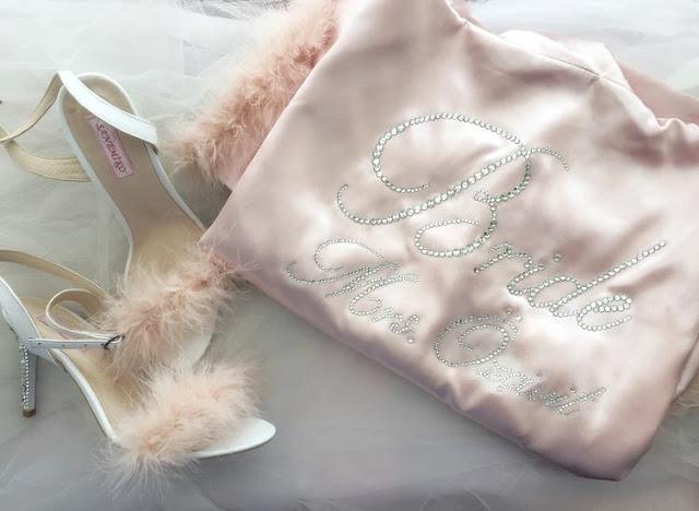Pantofii de mireasă sunt accesorizati cu perle și pietre de cristal,