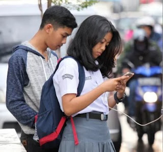 Menurut Pakar! Janganlah Mainkan Smartphone dengan Kepala Tetap Tertunduk, Ini Resiko Bahayanya