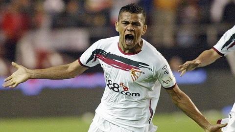 Daniel Alves đã giành siêu cúp Châu Âu lần đầu tiên vào các năm 2006 dưới màu áo của Sevilla.