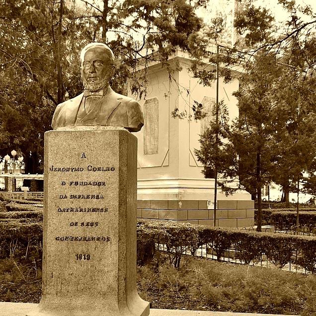 Monumento a Jerônimo Coelho, em Florianópolis, e Monumento aos Mortos na Guerra do Paraguai (ao fundo)