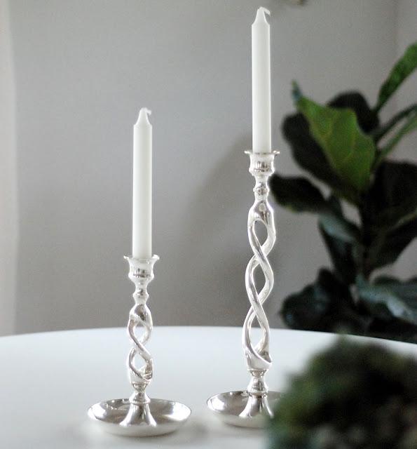 Vacker ljusstaken i skruvad vriden form i silverpläterad mässing från Micci´s House.