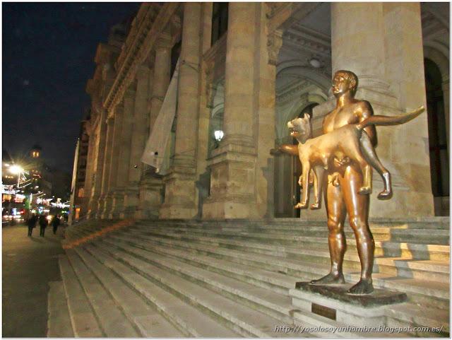El emperador romano Trajano con la loba en brazos