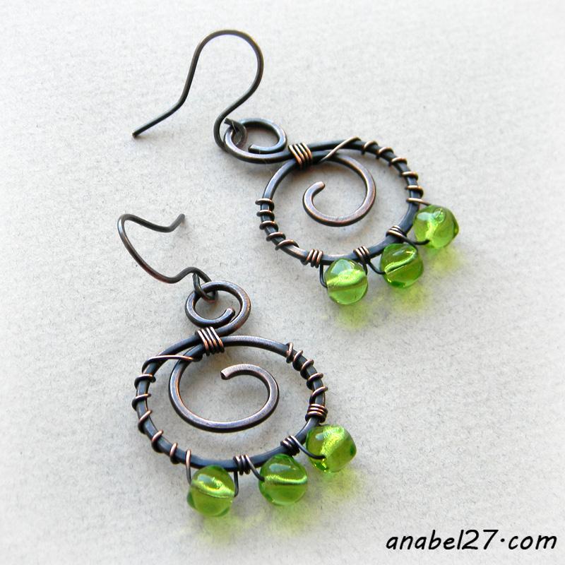 Медные серьги с зелёными бусинами -  украшения wire wrap