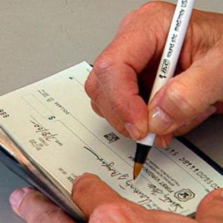 Despues de firmar el documento en notaría, procedemos al pago, la mejor opción es un cheque de gerencia.
