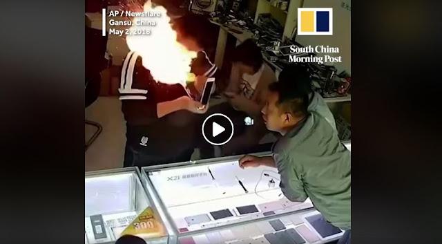 Tukang Service HP Ini Terkejut Setelah HP Yang Ia Perbaiki Melecek Dan Mengeluarkan Api