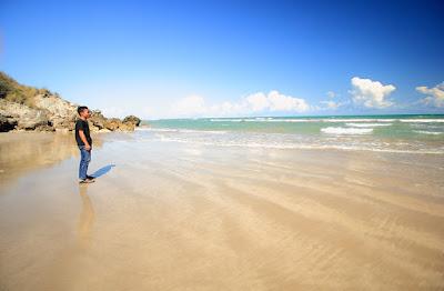 Menikmati pasir putih di pantai Buraen