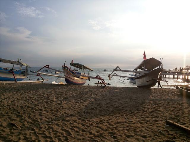 perahu nelayan terdampar di pantai
