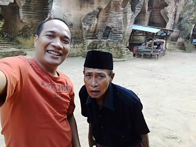 Saya ditemani guide lokal di Bukit Kapur Arosbaya.