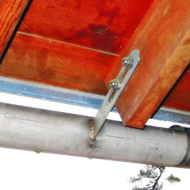 ステンレス鋼管を利用することで軒樋と受け金具を一体に納めている