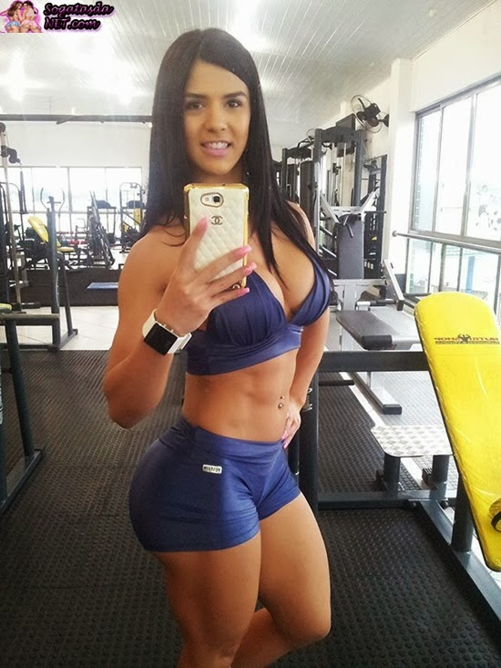 A Musa do Fitness Eva Andressa - Foto no espelho na academia