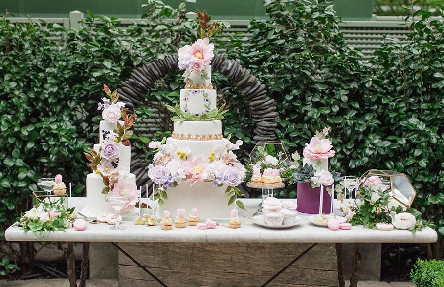 Stół słodki z tortem weselnym, Modne torty na wesele 2017, Planowanie wesela, Tort weselny inspiracje, Torty ślubne 2017, Torty weselne 2017, Trendy Ślubne 2017, Wesele 2017 - trendy