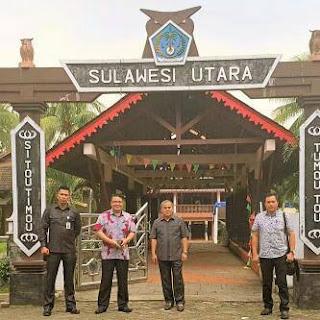 Bupati JWS didampingi, Kabag Humas Pemkab Minahasa, Ajudan dan Sespri Bupati saat foto bersama di TMII.