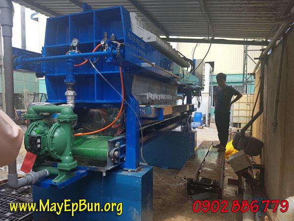 Máy ép bùn khung bản Việt Nam cấp cho cty Phúc Toàn Thịnh Long An là phiên bản tự động, tích hợp băng tải chuyển bùn
