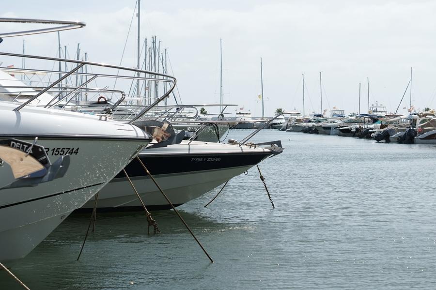Blog + Fotografie by it's me! - Reisen - La Isla Blanca Ibiza, Santa Eurlaria - Bug einer Yacht in der Marina