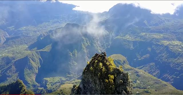 Vue aérienne sommet Piton Maido à Saint Paul au cirque Mafate de la Réunion .