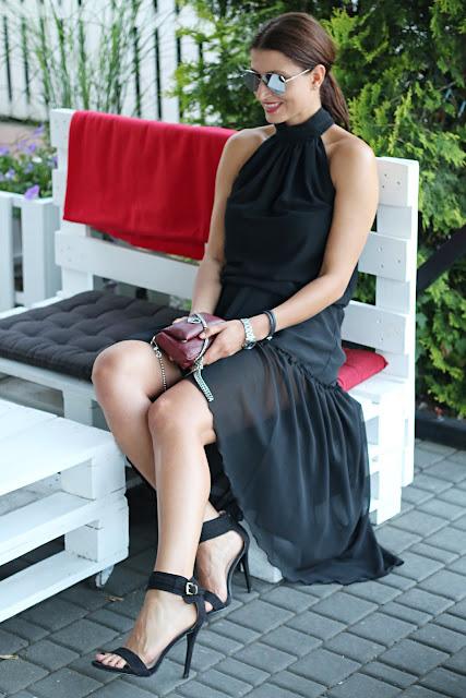 class, elegancko, lato, letnia sukienka, letnie trendy, mała czarna, must have, novamoda style, sneakers style, sukienka, trendy, sukienka na lato, idealna sukienka, amerykanski dekolt, seksowna stylizacja, pomysł na wesele, sukienka na wesele, sukienka do trampek, czarna sukienka