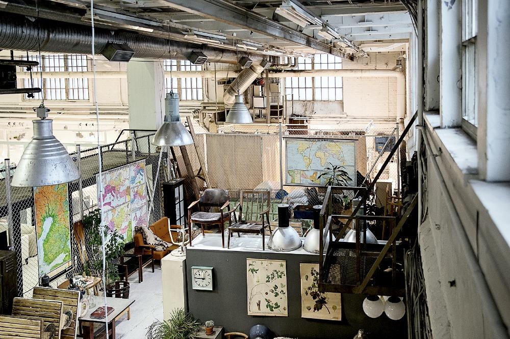 Roomage, vintage, huonekalut, vanhat huonekalut, Konepajahalli, Telakkaranta, sisustusliike, sisustuspuoti, huonekaluliike, Visualaddict, valokuvaus, valokuvaaminen, valokuvaaja Frida Steiner, tehdashalli, Helsinki, industrial, interior, inredning, sohvapöytä, työtuoli, hylly, valaisin