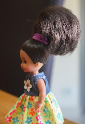 Mini Barbie des années 90 de profil