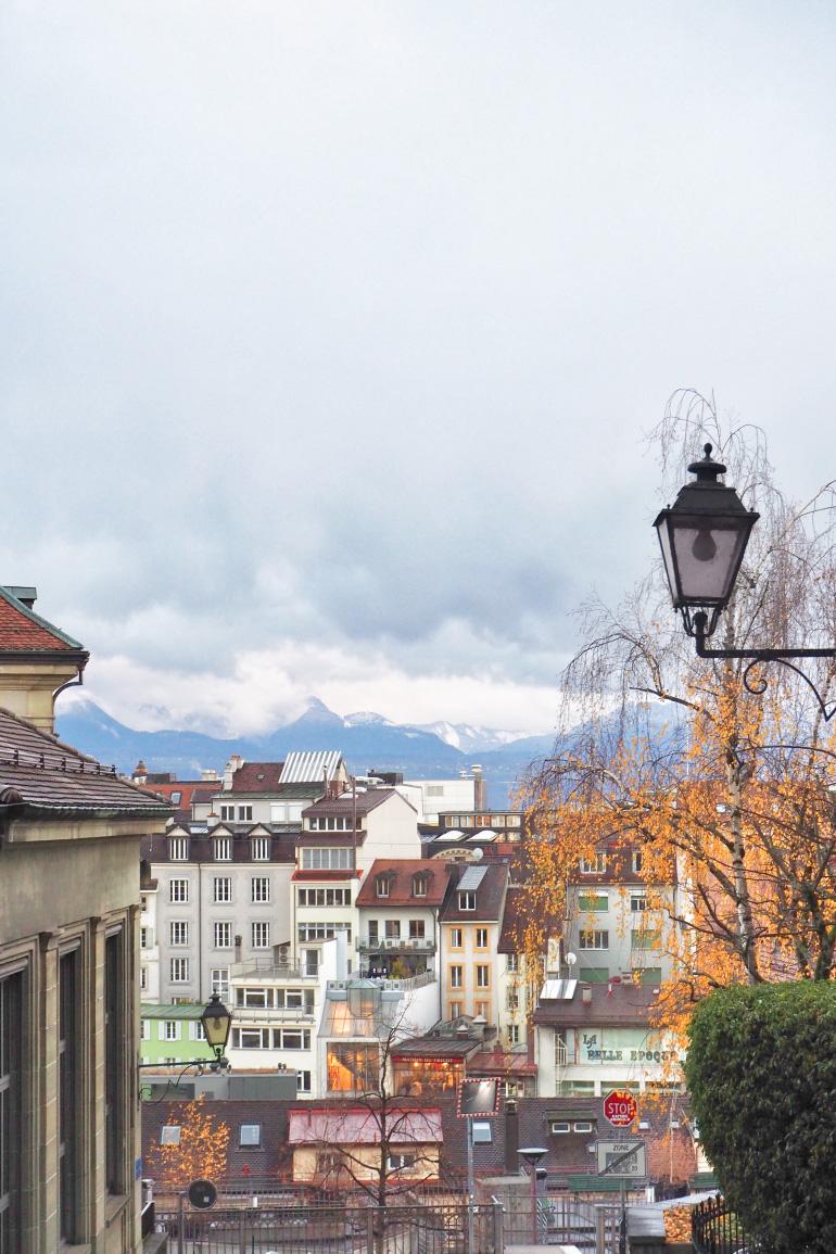 Petites rues et toits de la ville de Lausanne en Suisse