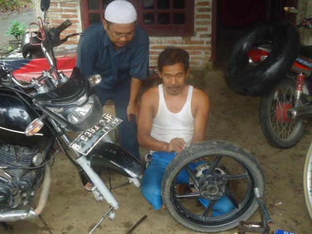 Menambal Ban Sepeda Motor