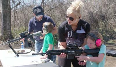 Anak diajarkan menembak