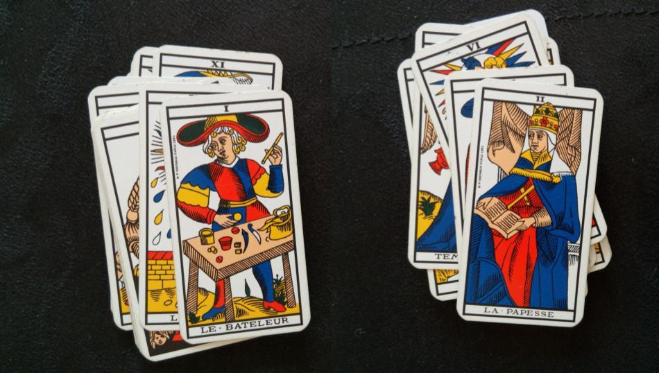 A gauche, la carte du bateleur, à droite, celle de la papesse