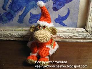 вязаная обезьянка дед мороз сидя