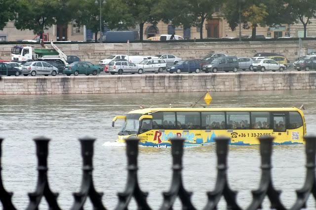 un autobús en el río