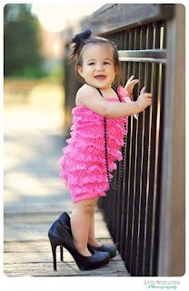 Foto Gambar Bayi Pakai Sepatu High Heels Kebesaran 9