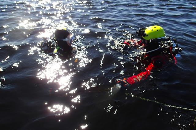 Essi ja toimittaja sukellusvarusteissa vedessä, valmiina sukellukseen.