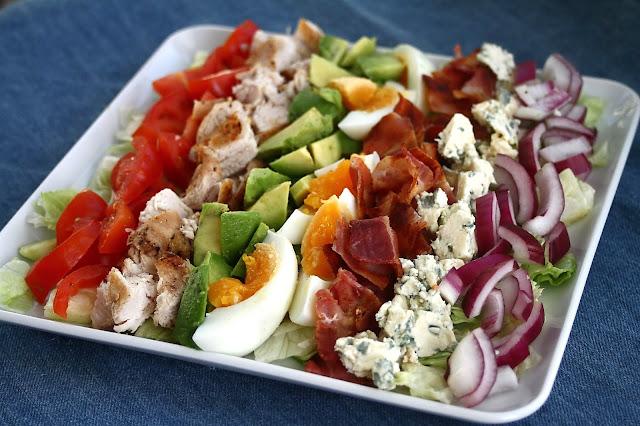 Cobb -salaattia yksikätisesti