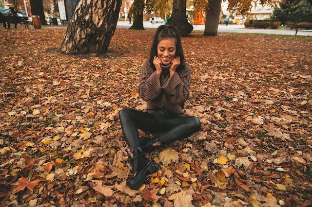 Jesienna stylizacja z czekoladowym swetrem - Czytaj więcej