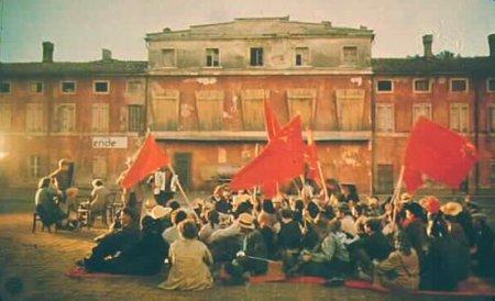 Cinema e socialismo foram colegas de escola no princípio do século XX. Às vezes juntos, cresceram, apaixonaram-se, magoaram-se, desiludiram-se e continuaram a aprender. Esta lista, inevitavelmente incompleta e truncada de injustiças, resgata da História do Cinema as melhores e mais belas encarnações dos ideais da esquerda. 35º Capitalismo, uma História de Amor (Capitalism, a Love Story) País: Estados Unidos da América Ano: 2009 Realizador: Michael Moore Esta história de amor é o retrato da crise do capitalismo a partir do seu próprio berço. De Michael Moore, também poderíamos incluir Sicko ou Bowling for Columbine, mas Capitalismo corresponde ao zénite da evolução ideológica do realizador norte-americano, não acabasse o filme ao som da Internacional. Mas sobretudo, o documentário perfaz a lista pelos relatos dramáticos dos trabalhadores que pagam na pele o preço do amor dos EUA pelo capitalismo.