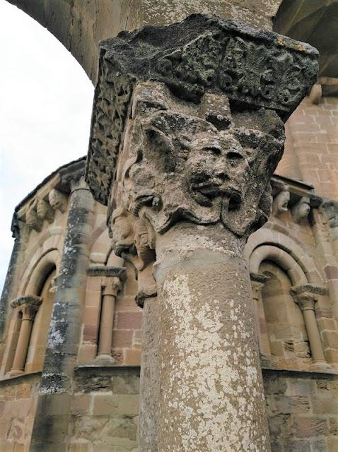 Santa María de Eunate - Motivo en una de las columnas de las arquerias exteriores